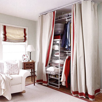 Шестой совет: сделайте дополнительный импровизированный шкаф из занавесок и разных полочек, вешалок и корзин...